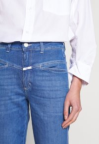CLOSED - PEDAL PUSHER HIGH WAIST CROPPED LENGTH - Džíny Relaxed Fit - mid blue - 6