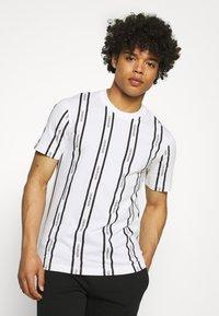 Calvin Klein - VERTICAL LOGO STRIPE - T-shirt con stampa - white - 3