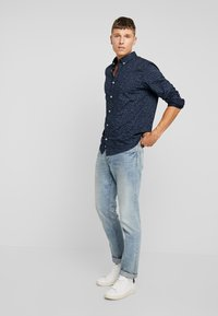TOM TAILOR - RAY MINI PRINT REGULAR FIT - Skjorta - navy blue - 1