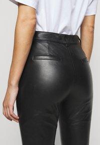 Victoria Victoria Beckham - DRAINPIPE TROUSER - Pantalon en cuir - black - 7