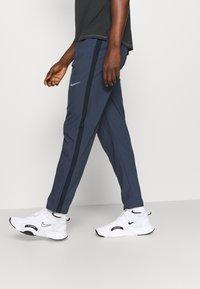 Nike Performance - RUN STRIPE PANT - Trainingsbroek - thunder blue/dark obsidian/silver - 3