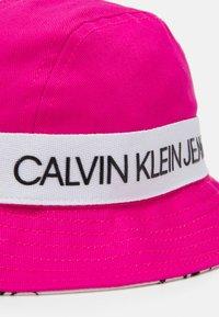 Calvin Klein Jeans - REVERSIBLE LOGO BUCKET HAT UNISEX - Hattu - hot magenta - 4