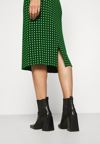 Banana Republic - PENCIL GEO PRINT - Gonna a tubino - green
