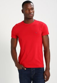 Tommy Hilfiger - STRETCH SLIM FIT TEE - T-shirt con stampa - haute red - 0