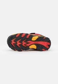 Hi-Tec - BLACKOUT LOW UNISEX - Trekingové boty - red/black/yellow - 4