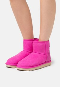 UGG - CLASSIC MINI II - Stiefelette - rock rose - 0