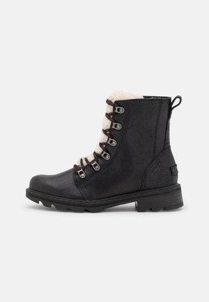 LENNOX LACE COZY - Zimní obuv - black/nocturnal red