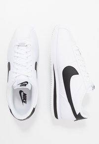 Nike Sportswear - CORTEZ BASIC - Matalavartiset tennarit - white/black/metallic silver - 1