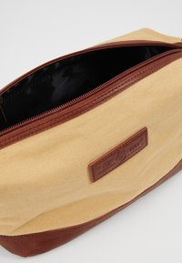 Burton Menswear London - WASH BAG - Necessär - brown - 5