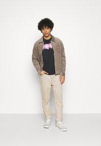 Levi's® - TEE UNISEX - T-shirt z nadrukiem - seasonal housemark fill, caviar - 2