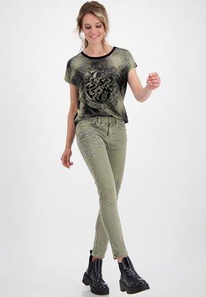 MIT STRASSBESATZ - Slim fit jeans - salbei