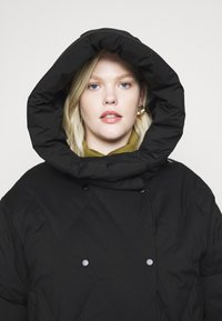 Vero Moda Curve - VMPUFFY LONG JACKET - Down coat - black - 3