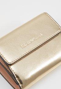 Emporio Armani - CAPSULE HOLIDAY MINI WALLET - Peněženka - gold - 2