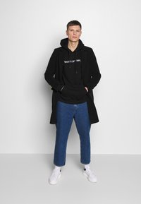 Pier One - WASTE OF TIME HOOD - Hoodie - black - 1