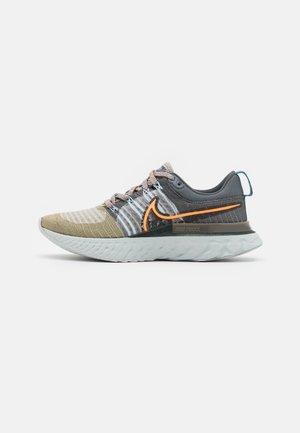 REACT INFINITY RUN FK 2 MFS - Obuwie do biegania treningowe - light bone/total orange/sport spice/iron grey/photon dust/cyber teal