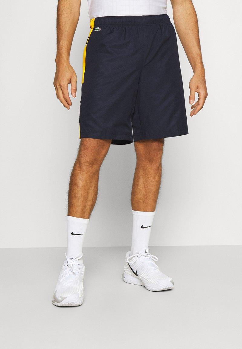 Lacoste Sport - TENNIS SHORT BLOCK - Urheilushortsit - navy blue/broom white
