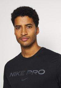 Nike Performance - TEE PRO - Print T-shirt - black/iron grey - 3