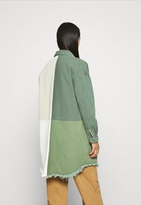 Missguided - COLOURBLOCK OVERSIZED DRESS - Denimové šaty - green - 2