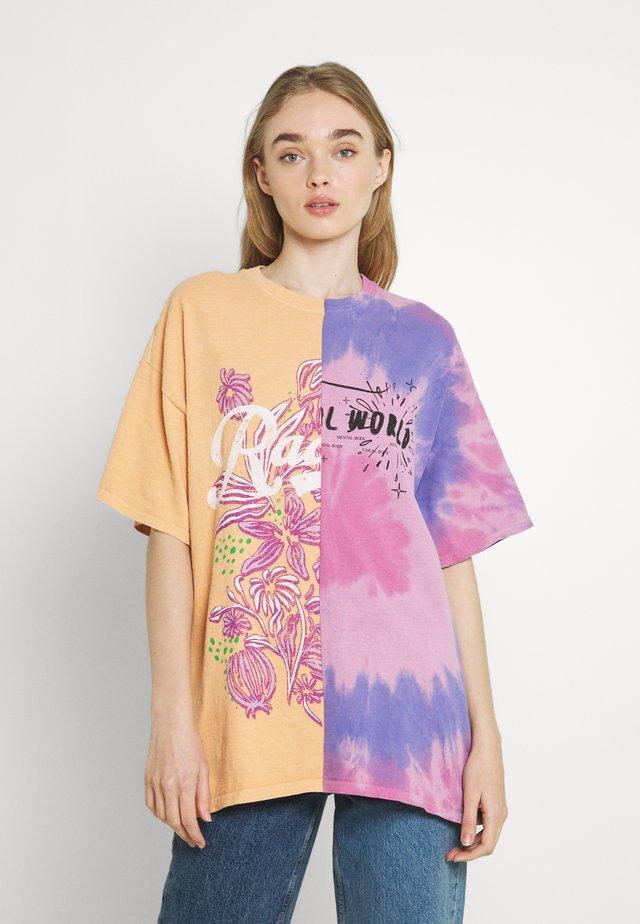 SPLICED TIE DYE DAD TEE - Camiseta estampada - pink