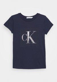 Calvin Klein Jeans - IRIDESCENT LOGO - Triko spotiskem - blue - 0