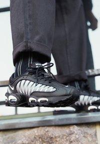 Nike Sportswear - AIR MAX TAILWIND IV - Sneakers - black/white - 7