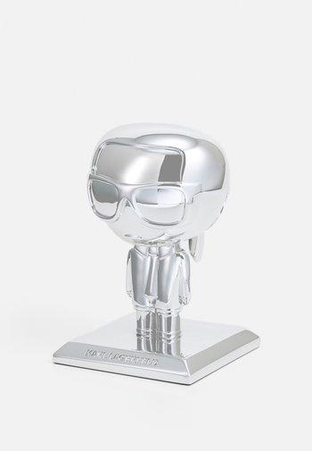 IKONIK 3D KARL STATUE