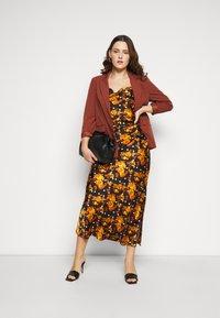 Glamorous Curve - MIDI DRESS WITH NARROW STRAPS AND SIDE SPLIT - Denní šaty - ochre rose - 1
