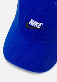 Nike Sportswear - FUTURA UNISEX - Lippalakki - game royal/white - 3