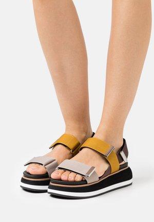 Korkeakorkoiset sandaalit - amarillo