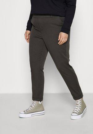VMMAYA LOOSE SOLID PANT - Pantalones - peat