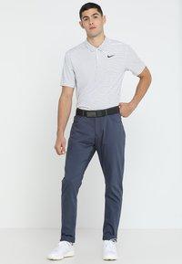 Nike Golf - DRY ESSENTIAL STRIPE - T-shirt de sport - white/black - 1