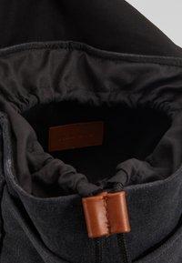 Pier One - UNISEX - Tagesrucksack - black/cognac - 6