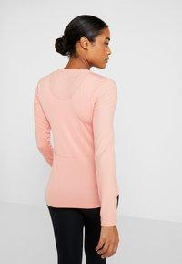 Nike Performance - WARM HOLLYWOOD - Funktionsshirt - pink quartz/clear - 2