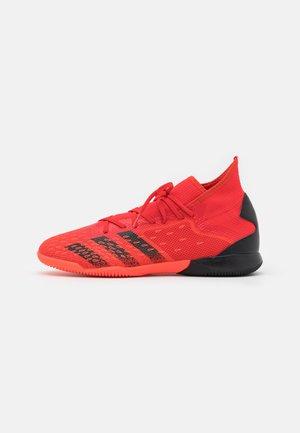 PREDATOR FREAK .3 IN - Fotbollsskor inomhusskor - red/core black/solar red