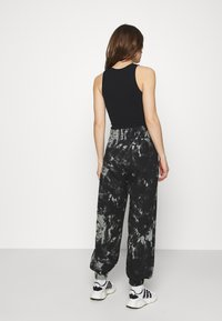 KENDALL + KYLIE - OVERSIZED HIGH RISE - Tracksuit bottoms - black/grey - 2