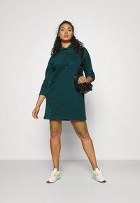 Vero Moda Curve - VMOCTAVIA DRESS - Denní šaty - sea moss - 1