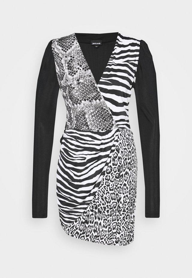 Pouzdrové šaty - back