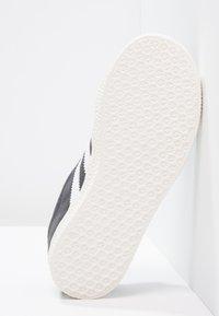 adidas Originals - GAZELLE - Trainers - solid grey/white/gold metallic - 4