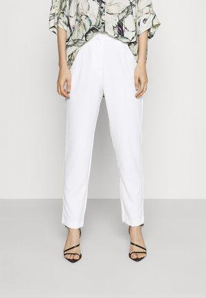 YASWYNTER ANKLE PANTS  - Kalhoty - pearled ivory