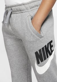 Nike Sportswear - CLUB PANT - Verryttelyhousut - carbon heather/smoke grey - 4