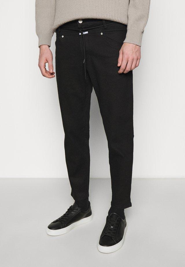 XLENT TAPERED - Zúžené džíny - black