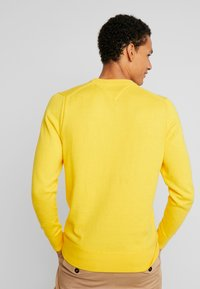 Tommy Hilfiger - PIMA CREW NECK - Stickad tröja - yellow - 2