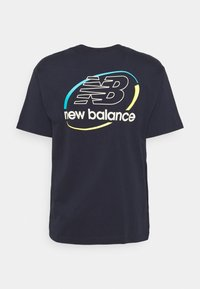 New Balance - ATHLETICS CIRCULAR STACK TEE - T-shirt med print - eclipse - 1
