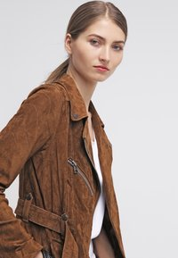 Freaky Nation - MODERN TIMES - Leather jacket - camel - 3