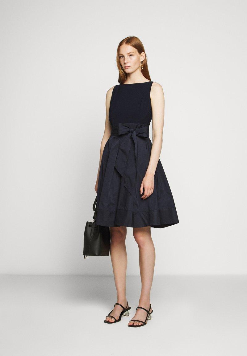 Lauren Ralph Lauren Memory Dress Combo Cocktailkleid Festliches Kleid Lighthouse Navy Dunkelblau Zalando De