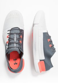 Under Armour - TRIBASE REIGN - Obuwie treningowe - pitch gray/halo gray/beta red - 1