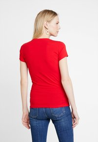 Guess - SLIM FIT - T-shirt con stampa - tomato juice - 2