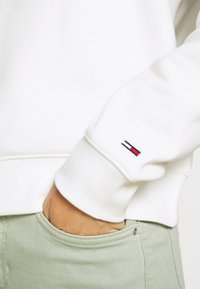 Tommy Jeans - TONAL LOGO FUNNEL NECK - Sweatshirt - smooth stone - 4