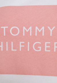 Tommy Hilfiger - REGULAR BOX TEE - Printtipaita - white - 6