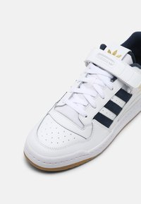 adidas Originals - FORUM LOW UNISEX - Trainers - white/crew navy - 6
